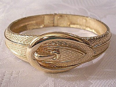 This belt buckle gold bracelet is beautiful for any fun mom.