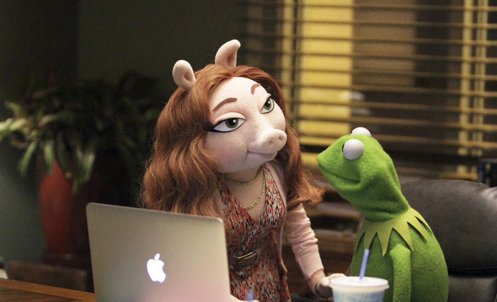 """THE MUPPETS - """"Pig Girls Don't Cry (Pilot)"""" - Miss Piggy is furious that Kermit booked Elizabeth Banks as a guest on her late night talk show Up Late with Miss Piggy, Fozzie Bear meets his girlfriend's parents, and Grammy Award-winning rock band Imagine Dragons performs their new single """"Roots,"""" on the season premiere of """"The Muppets,"""" TUESDAY SEPTEMBER 22 (8:00-8:30 p.m., ET) on the ABC Television Network. (ABC/Andrea McCallin) DENISE, KERMIT THE FROG"""